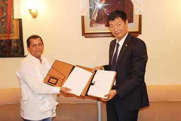 Dr Samantha (L) and Sikyong Dr Lobsang Sangay(R) after signing the MoU. Photo: Odisha Sun Bureau