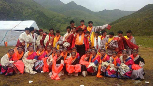 Bachen Gyalwa in the centre wearing a hat.