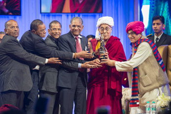 Guests including Govind Dholakia and the Governor of Gujarat, OP Kohli, presenting His Holiness the Dalai Lama with the Santokbaa Award in Surat, Gujarat, India on January 2, 2015. Photo/Tenzin Choejor/OHHDL